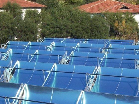 Parabolrinnenkraftwerke im Kleinformat liefern für Gewerbe und Industrie sowohl Wärme wie Strom, können aber auch für solare Kühlung eingesetzt werden.