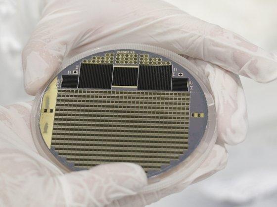 Wafer mit Vierfach-Konzentratorsolarzellen und Teststrukturen: Forscher des Fraunhofer-Instituts für Solare Energiesysteme in Freiburg erreichen inzwischen im Labor einen Wirkungsgrad von 43,6 %.
