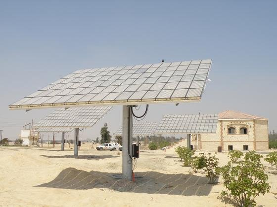 Solarmodul in der ägyptischen Wüste: Die Regierung will die hohe Energiesubventionen zurückfahren, weshalb besonders die Preise für fossile Energie explodieren. Hotels wollen deshalb jetzt stärker auf Solarenergie setzen.