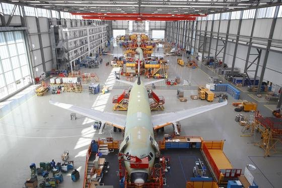 Die Luftfahrtindustrie bleibt ein Jobmotor in Deutschland. In Hamburg läuft die Airbus-Produktion auf Hochtouren. Im Bild die Herstellerung des A320.
