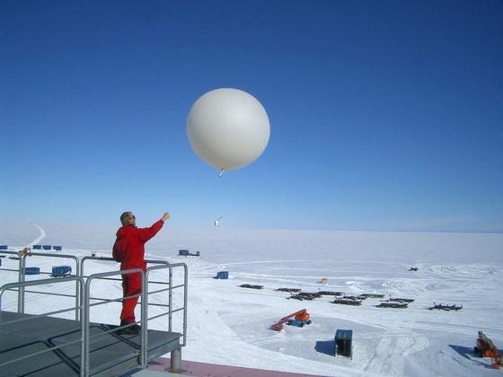 Der Meteorologe Mathias Zöllner startet eine Ozonsonde vom Dach der Neumayer-Station III in der Antarktis. Die Forscher haben verlässliche Daten, dass sich das Ozonloch wieder schließt.