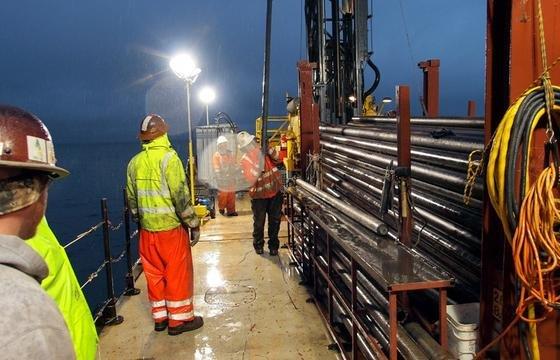 Im Schichtbetrieb wurde Tag und Nacht Sediment nach oben auf die Bohrplattform im Ohrid-See in Mazedonien befördert. Kölner Forscher bohrten bis in eine Tiefe von fast 570 Metern.