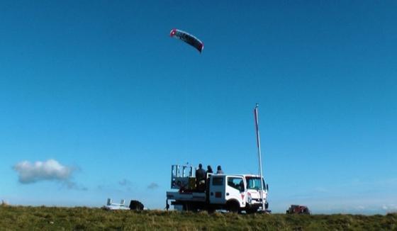 Der TwingKite fängt die Windenergie in luftiger Höhe ein. Am Boden wird sie mithilfe eines Generators in elektrische Energie umgewandelt.