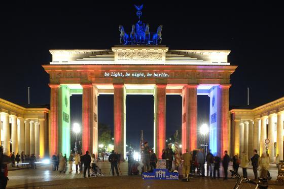 Berlin beim Festival of Lights: Botschaften aus aller Welt erstrahlen am Brandenburger Tor.