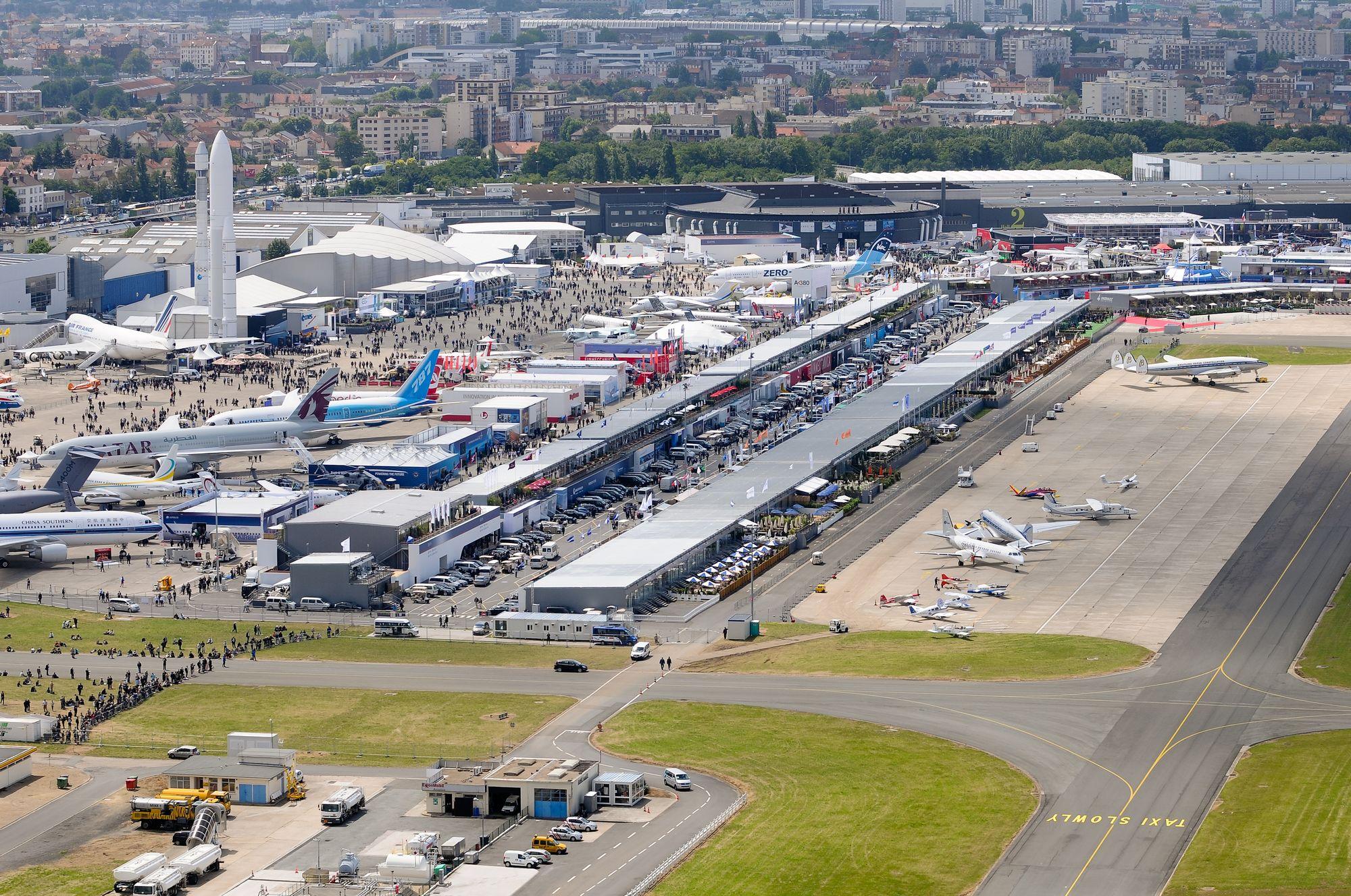 130 Flugzeuge, Hubschrauber und Raumfahrzeuge zeigt die 50. Luftfahrtschau in Le Bourget.
