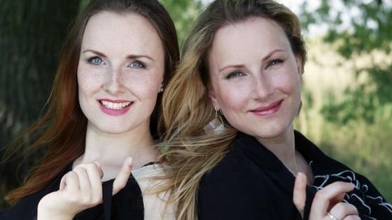 Laura Gollers und Sabrina Schönborn (li.) haben lange nach groß(artig)en Dessous gesucht. Weil sie nichts gefunden haben, produzieren sie die Wäsche nun selbst.