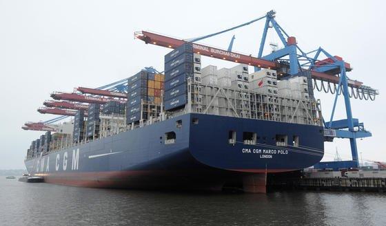 """Die """"CMA CGM Marco Polo"""" liegt am 12. Dezember 2012 im Hafen von Hamburg am Terminal Burchardkai fest. Das 369 Meter lange Schiff kann mehr als 16 000 Standardcontainer (TEU) tragen. Damals noch Weltrekord. Seit dem 14. Juni 2013 hat """"Maersk Mc-Kinney Moeller"""" mit 18 270 TEU die Nase vorn."""