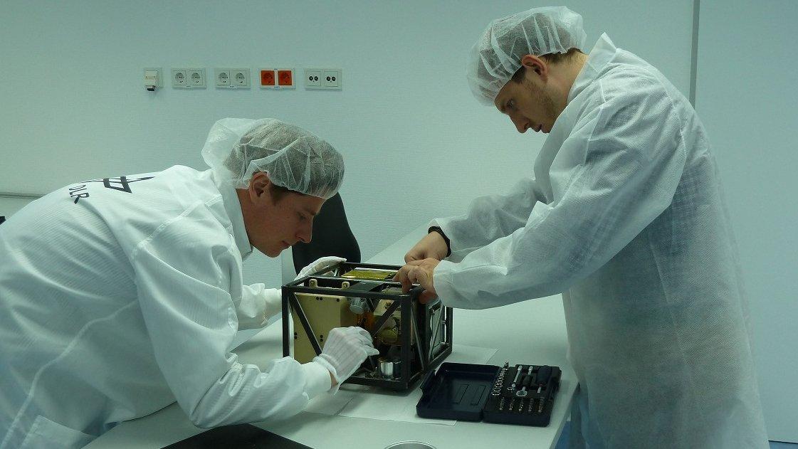 Die Wissenschaftler des Deutschen Zentrums für Luft- und Raumfahrt (DLR) entwickeln den Asteroidenlander MASCOT. Der Lander wird mit der japanischen Raumsonde Hayabusa-2 zum Asteroiden 1999 JU 3 fliegen und dort 2018 auf der Oberfläche aufsetzen.