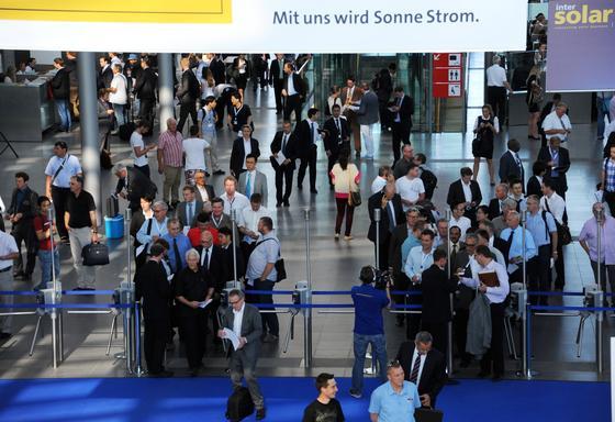 Die Messe Intersolar in München: Rund 1330 Aussteller präsentieren auf der weltgrößten Solarmesse noch bis zum 21. Juni 2013 ihre Neuheiten.