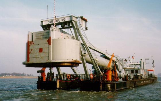 """Das Taucherglockenschiff """"Carl Straat"""" ermöglicht es, im Trockenen unter Wasser Untersuchungen und Arbeiten durchzuführen.Die Tauchglocke wird mittels Überdruck in Abhängigkeit von der Tauchtiefe gegen eindringendes Wasser geschützt.Die Taucherglocke funktioniert also unter Wasser wie ein umgestülpter Becher."""