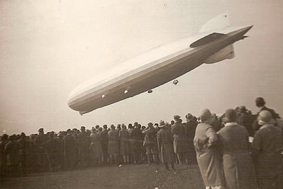 Im Berliner Literaturhaus sind noch bis zum 12. Juli zeitgenössische Original-Fotos von Zeppelinen zu sehen, dieGünter Karl Bose, Professor für Typografie und Schrift an der Leipziger Hochschule für Grafik und Buchkunst, gesammelt hat.