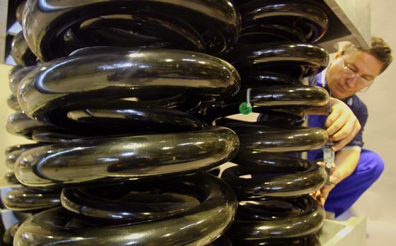 Das 3,2 Tonnen schwere Federelement war vor Jahren für einen Fallprüfstand des Leichtbau-Innovations-Zentrums der TU Dresden vorgesehen. Dort werden Teile von ICE-Zügen, Autos und Flugzeugen auf ihre Sicherheit trotz Leichtbaumaßnahmen getestet. Jetzt entsteht in Dresden einneues Forschungs- und Demonstrationszentrum für ressourceneffiziente Leichtbaustrukturen in der Elektromobilität (FOREL). Das Leuchtturm-Projekt wird vom Leichtbau-Innovationszentrum der TU Dresden koordiniert.