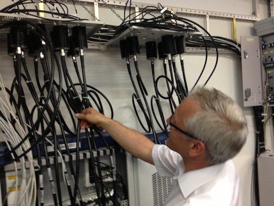 <p>Ralf Wellens, einer der Cheftester bei Ericsson, inspiziert die Basisstation der Testanlage im Eurolab. Bis zu 280 Mio. Teilnehmer kann das Testnetz simulieren.