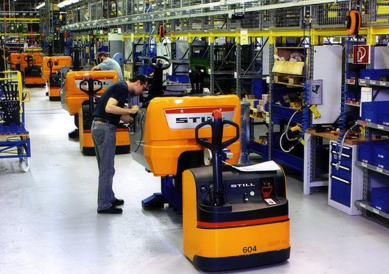 Mitarbeiter der Firma Still montieren einer Produktionshalle der Still-Gruppe Gabelstapler. Derzeit sind die deutschen Hersteller Linde und Still führend bei der Entwicklung von alternativen Antrieben für Flurförderzeuge.