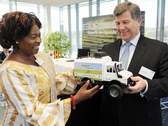 Auf den Parzellen wird Anbautradition mit moderner Agrartechnik verglichen. Das Modell eines Schulungs-Lkw überreicht zum Projektstart K+S-Vorstandsvorsitzender Norbert Steiner an Ruth Oniang'o von Sasakawa African Association.