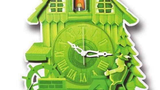 Grün ist nur eine Farbvariante der Kuckucksuhren aus Pappe. Immer dabei ist der ausruhende Müller auf seiner Bank.