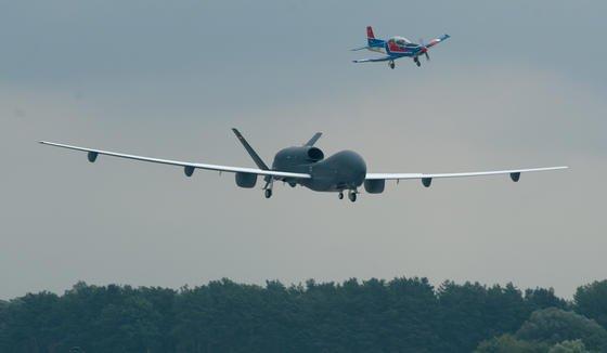 Verteidigungsminister Thomas de Maizère gerät durch die Pannenserie bei der Entwicklung der unbemannten Drohne Euro Hawk immer stärker unter Druck. Noch im Mai hatte er das Aufklärungssystem in einem offiziellen Bericht als unverzichtbar gelobt – und nur eine Woche später gestoppt.