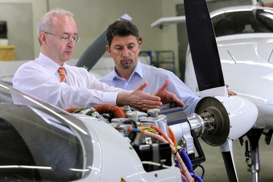 Dr. Frank Anton (Siemens AG) markiert das integrierte elektrische Antriebssystem von Siemens. Es zeichnet sich durch Kompaktheit und niedriges Gewicht aus. Die spezifische Dauerleistung liegt bei 5 kW/kg.
