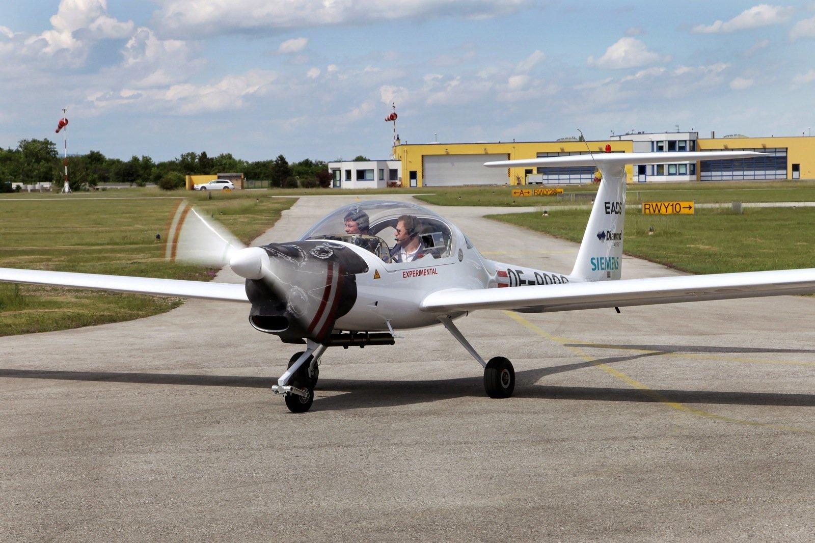 Siemens, Diamond Aircraft und EADS präsentieren die zweite Generation des seriell-hybriden Elektroflugzeugs. Durch ein neues technologisches Konzept können sowohl der Kraftstoffverbrauch als auch die Emissionen um rund 25 Prozent gesenkt werden.