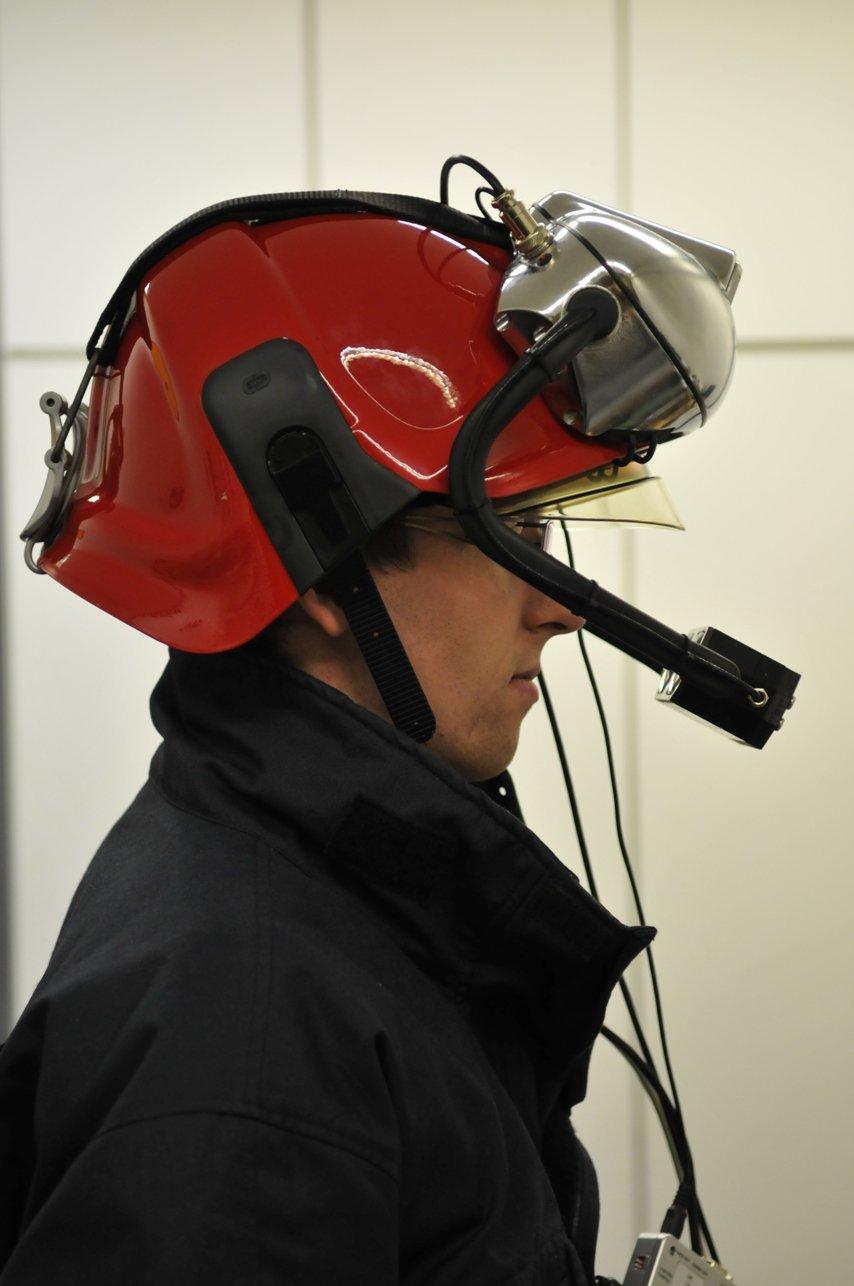 Der von der TU Wienentwickelte neuartige Helm istmit Kameras ausgestattet.