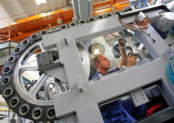In Deutschland laufen rund eine Million Werkzeugmaschinen. Würde deren Energieverbrauch optimiert, ließe sich die Strommenge einsparen, die der mit einer Leistung von 1050 Megawatt größte Braunkohleblock der Welt im rheinischen Neurath produziert.