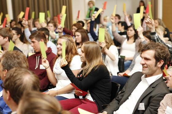 Jugendliche sind nicht technikfeindlich und bereit, sich zu engagieren. Für ihre Meinung auf die Straße zu gehen, will eine Mehrheit allerdings nicht.