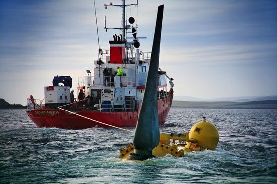 Nahe den Orkney-Inseln wollen verschiedene Unternehmen wie Voith die starken Strömungen für die Energiegewinnung nutzen. Im Bild wird eine Turbine im Meer versenkt und am Boden aufgestellt.