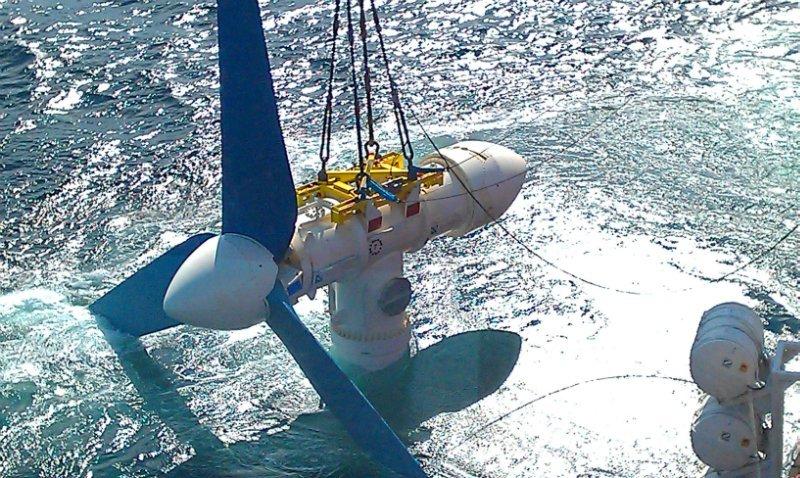 Riesige Turbinen stehen in der schottichen See in der Nähe der Orkney-Inseln auf dem Meeresboden, um aus den Strömungen Strom zu erzeugen.