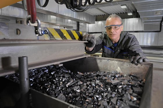 Überschüssiges Silizium bei der Produktion von Solarmodulen werden wie hier bei Solar World direkt recycelt. Das Recycling von ausrangierten Solarmodulen steckt in Deutschland noch in den Kinderschuhen. Einheitliche Rückholsysteme fehlen.