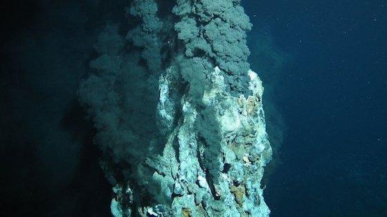 Schwarze Raucher befördern in mehreren tausend Metern Wassertiefewertvolle Rohstoffe aus dem Erdinneren herauf. Ihre meterhohen Schlote scheinen wie unterseeische Industrieschornsteine zu qualmen.