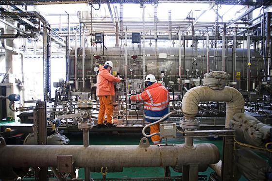 Die Steuerungstechnik auf Bohrinseln und in Raffinierien ist oft schon 25 Jahre alt. Im Bild die Technik der 1999 in Betrieb gegangenen Siri-Bohrinsel der Dong Energy rund 220 Kilometer vor der dänischen Nordseeküste.