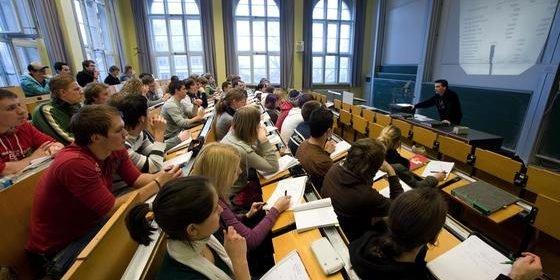 G8 und die Umstellung auf Bachelor und Master führen zu immer jüngeren Absolventen. Doch die haben kaum noch Zeit, neben dem Studium Erfahrungen zu sammeln.
