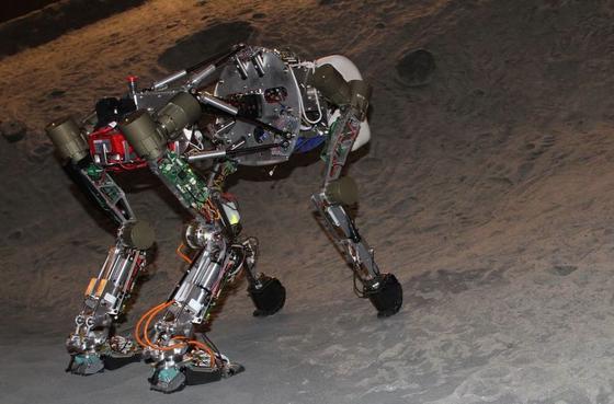 Der vierbeinige Laufroboter in der künstlichen Kraterumgebung.