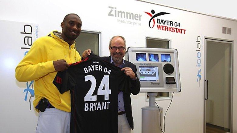 Der Bundesligist Bayer Leverkusen hat schon 2009 in der BayArena eine Kältekammer für die Profimannschaft eingebaut. Hier will Kobe Bryant, fünffacher Gewinner der NBA-Championships mit den Los Angeles Lakers, die Kältekammer der Leverkusener nutzen. Rechts im Bild Bayer 04-Geschäftsführer Wolfgang Holzhäuser.