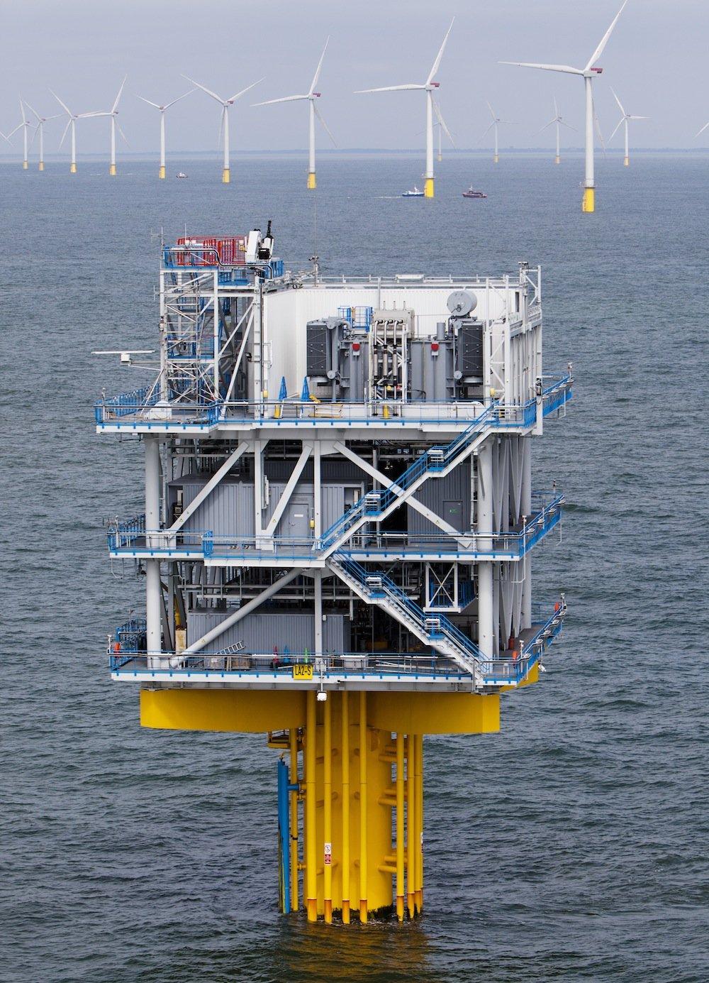 Zur Anbindung des Windparks hat Siemens zwei Offshore-Umspannstationen in der Nordsee und eine Umspannstation an Land in Cleve Hill errichtet. Der erzeugte Strom wird auf See gebündelt und mit einem Hochleistungsseekabel an Land transportiert.