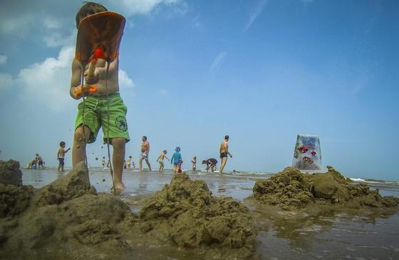 Sand wird zunehmend ein knapper Rohstoff. In vielen Regionen der Welt wird so viel Sand abgebaut, dass Strände und ganze Inseln verschwinden.