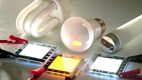 Vergleich zwischen herkömmlichen Leuchtmitteln und organischen Leuchtdioden (OLED). Organische Leuchtdioden sind kontrast- und farbreiche Flächenstrahler.