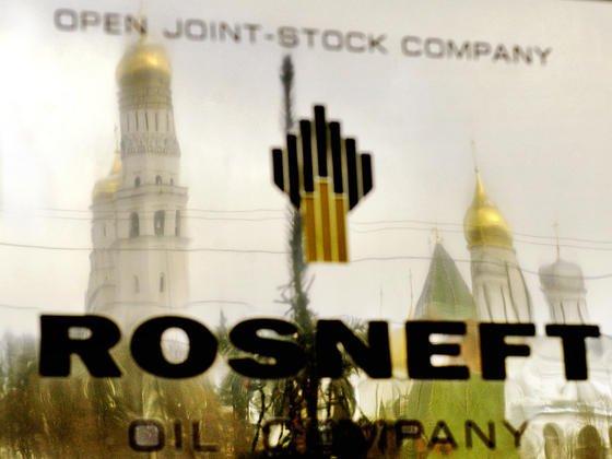 Das Firmenschild der staatlichen russischen Erdölfirma Rosneft in Moskau.In den vergangenen Jahren schloss Rosneft immer dichter zum Rivalen Gazprom auf.