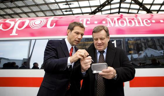 Schon 2005 noch mit Hartmut Mehdorn (re.) als Chef wurde der erste ICE mit einem Hotspot der Deutschen Telekom ausgestattet. Die beiden Unternehmen testeten auf der Pilotstrecke zwischen Dortmund und Köln den drahtlosen Highspeed-Internetzugang bei Geschwindigkeiten bis zu 300 Kilometer pro Stunde.