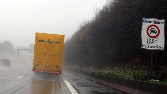 Auf Deutschlands Straßen fahren immer mehr, immer schwerere Lastwagen. Ältere Autobahnbrücken sind dem nicht gewachsen und nehmen Schaden.
