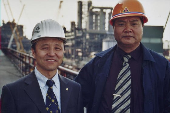"""Prof.-Ing. Luan Wei (l.), Manager der chinesischen Famous Industrial. und Projektleiter Mo Lishi bauten 2003 und 2004 die Dortmunder Kokerei """"Kaiserstuhl"""" ab und verpackten sie in Containern, um sie in China wieder aufzubauen. Heute geht das einfacher: Chinesische Unternehmen kaufen einfach die Mehrheit an deutschen Unternehmen."""