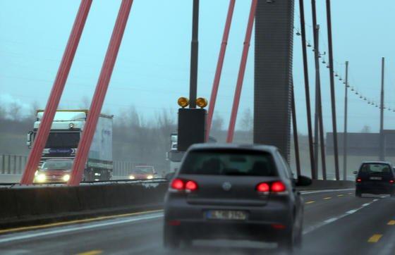 Die Rheinbrücke im Zuge der A1 bei Leverkusen ist aufgrund des starken Lkw-Verkehrs so marode, dass sie für Lkw gesperrt wurde und mit Millionenaufwand saniert werden muss.