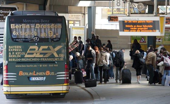 Seit dem 1. März 2013 haben auch die Fahrgäste von Fernbussen mehr Rechte, wenn sich der Bus verspätet. Bei mehr als 90 Minuten Verspätung müssen die Fahrgäste verpflegt werden. Bei Bedarf müssen auch die Kosten für ein Hotelzimmer übernommen werden.