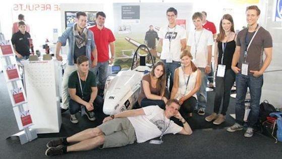 Nur gucken: Beim Besuch der Formula Student 2012 sammelte das e-Traxx-Team Inspirationen. Dabei legte sich Projektleiter Stefan Grüner seinem Team zu Füßen. 2014 wollen die Studenten dann selbst starten. Foto: e-Traxx