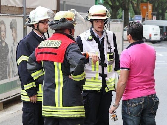 Für Sicherheitsingenieur Thomas Tremmel (2.v.r.) ist der Feuerwehreinsatz, wie hier an der Düsseldorfer Königsallee, weniger mit körperlicher als mit koordinierender Arbeit verbunden.