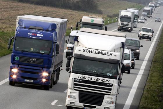 Die Auslastung von Lkw könnte erhöht werden, wenn sich mehrere Fahrer einen Laster teilen und die Lkw an zentralen Parkplätzen getauscht würden, meinen Forscher FH Erfurt.