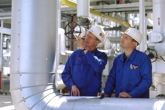 Mehrere Unternehmen, darunter ThyssenKrupp, wollen in den nächsten drei Jahren eine Pilotanlage bauen, in der aus gewöhnlichem Kohlendioxid Wasserstoff und Kohlenstoff entsteht. Dabei soll die Anlage so effizient sein, dass sie mehr CO2 verbraucht als emittiert.