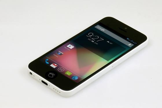 Achten Sie auf die Bärentatze. Es ist kein Apple-iPhone, es ist ein Techdy-Bear.