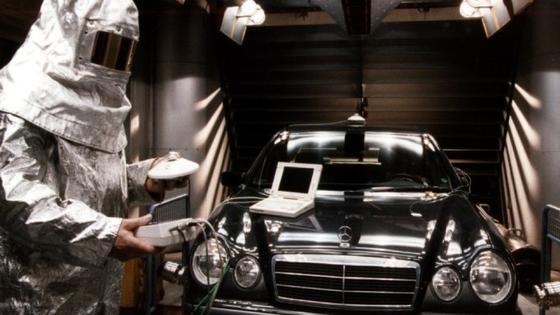 Daimler will das von der EU-Kommission befürwortete Kältemittel R1234yf nicht einsetzen und istzum alten, inzwischen durch die EU-Richtlinie verbotenen Kühlmittel R134a zurückgekehrt.Jetzt verweigern die Franzosen den Neuwagen der A-, B- und SL-Klasse von Mercedes die Zulassung.