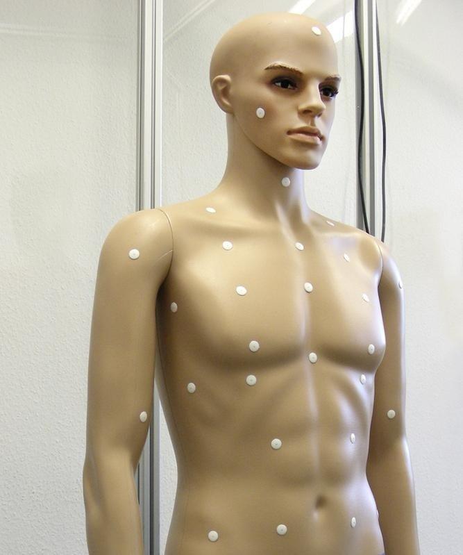 Für ihre Tests statteten die Forschereine Schaufensterpuppe mit Sensoren aus.